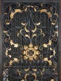 Goldenes Eisentor mit Verzierungen Lizenzfreie Stockbilder