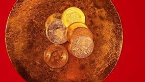 Goldenes Endensilber bitcoin prägt auf goldener Wanne stock video footage