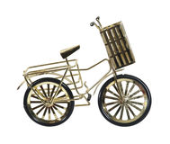 Goldenes Fahrrad mit Korb Stockfotografie