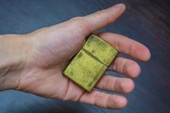 Goldenes Faltenhandfeuerzeug Stockfoto