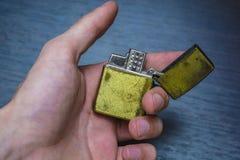 Goldenes Faltenhandfeuerzeug Stockfotografie