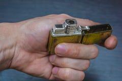 Goldenes Faltenhandfeuerzeug Lizenzfreie Stockfotografie