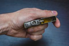 Goldenes Faltenhandfeuerzeug Lizenzfreie Stockfotos