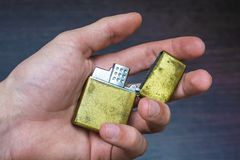 Goldenes Faltenhandfeuerzeug Lizenzfreies Stockbild