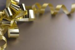 Goldenes Farbband des Geschenks Stockbild