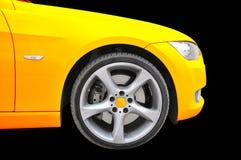 Goldenes Farbenauto - nahe hohe Ansicht des Gummireifens Stockfotos
