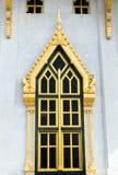 Goldenes farbiges Fenster des Tempels in Thailand Stockbild