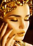 Goldenes Feiertagsmake-up Goldener Kranz und Halskette lizenzfreies stockbild