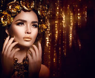 Goldenes Feiertagsmake-up Modekunstfrisur, -maniküre und -make-up lizenzfreie stockfotografie