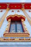 Goldenes Fenster des thailändischen Artbuddhismus-Tempels Stockbild