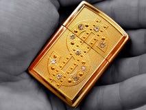 Goldenes Feuerzeug Lizenzfreie Stockfotos