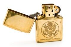 Goldenes Feuerzeug mit geschnitzter Staat-Dichtung Lizenzfreies Stockbild