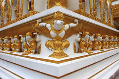 Goldenes Garuda und goldener Giants Stockfotos