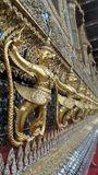 Goldenes Garuda und Nagas verzieren die Außenseite von Ubosoth von Wat Phra-kaew Lizenzfreie Stockfotos