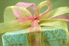 Goldenes Geschenk Lizenzfreies Stockbild