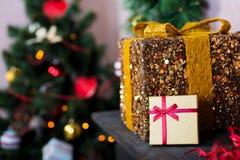 Goldenes Geschenk auf dem Hintergrund Lizenzfreies Stockbild