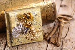 Goldenes Geschenk mit Schlüsseln Stockfotografie