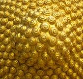 Goldenes gewundenes Muster vom Kopf des Buddhas Stockfotos