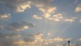 Goldenes Glühen-Sonnenaufgang-Wolken im Himmel Stockbild