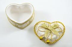 Goldenes Herz auf einem weißen Hintergrund Stockbilder