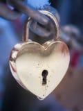 Goldenes Herz-Vorhängeschloss-Winter im Freien Valentine Day Romance Love Lizenzfreies Stockfoto