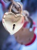 Goldenes Herz-Vorhängeschloss-Winter im Freien Valentine Day Romance Love Stockbild
