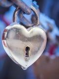 Goldenes Herz-Vorhängeschloss-Winter im Freien Valentine Day Romance Love Lizenzfreies Stockbild