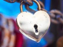 Goldenes Herz-Vorhängeschloss-Winter im Freien Valentine Day Romance Love Lizenzfreie Stockfotos