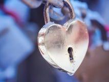 Goldenes Herz-Vorhängeschloss-Winter im Freien Valentine Day Romance Love Stockfotografie