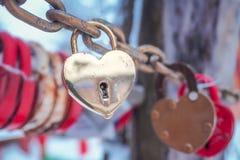 Goldenes Herz-Vorhängeschloss-Winter im Freien Valentine Day Romance Love Stockfoto