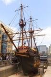 Goldenes Hinter, Replik eines Schiffs des 16. Jahrhunderts in der Seeseite von St. Mary Overie, London, Vereinigtes Königreich lizenzfreies stockfoto