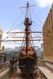 Goldenes Hinter, Replik eines Schiffs des 16. Jahrhunderts in der Seeseite von St. Mary Overie, London, Vereinigtes Königreich lizenzfreie stockfotos