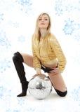 Goldenes Jackenmädchen mit Discokugel Stockfotografie