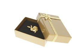Goldenes Kaninchen in einem Geschenkkasten mit goldenem Farbband stockbilder