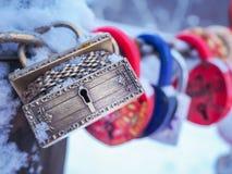 Goldenes Kasten Vorhängeschloss-Winter im Freien Valentine Day Romance Love Stockbilder