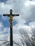 Goldenes Kruzifix Lizenzfreie Stockbilder
