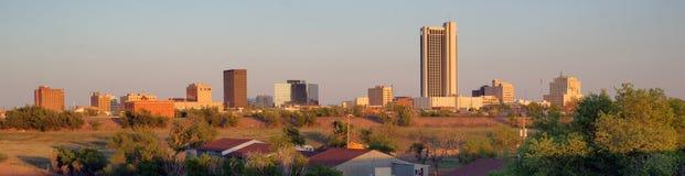 Goldenes Licht schlägt die Gebäude und die Landschaft von Amarillo Texas stockbild