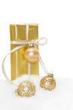 Goldenes lokalisiertes Weihnachtsgeschenk Lizenzfreie Stockbilder
