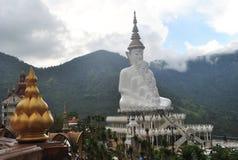 Goldenes Lotus und weißer Buddhismus sitzen und Meditationsarchitektur mit Hintergrundgebirgs- und -wolkewilder Ansicht Thailand lizenzfreies stockbild