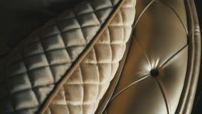 Goldenes Luxussofa auf einem Dachbodenhintergrund stock footage