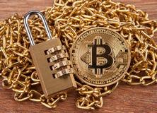 Goldenes Münze bitcoin, Vorhängeschloß auf einer Draufsicht der Goldkette lizenzfreies stockfoto