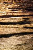 Goldenes Meer bei Sonnenuntergang Lizenzfreie Stockfotos
