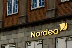 Goldenes Nordea-Zeichen auf einer Wand Lizenzfreies Stockfoto