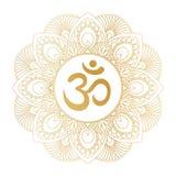 Goldenes Ohmsymbol Aum OM in der dekorativen runden Mandalaverzierung Stockfoto