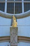 Goldenes Phoenix-Steinstatuendetail über zurückverwandelten Christian Church Lizenzfreie Stockfotos