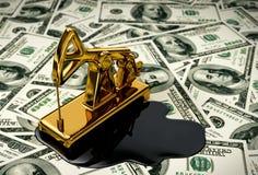 Goldenes Pumpjack und verschüttetes Öl auf dem Geld stock abbildung