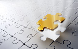 Goldenes Puzzlespielstück Stockfotos