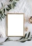 Goldenes Rahmenmodell auf weißer Tischplatte Stockbilder