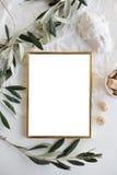 Goldenes Rahmenmodell auf weißer Tischplatte Stockfotos
