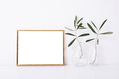 Goldenes Rahmenmodell auf weißer Wand stockfotos